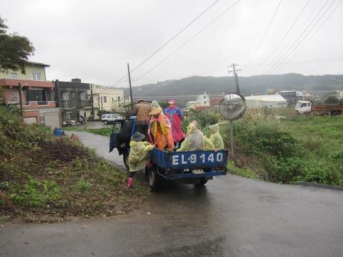 風雨中淨村彎腰掃社區活動
